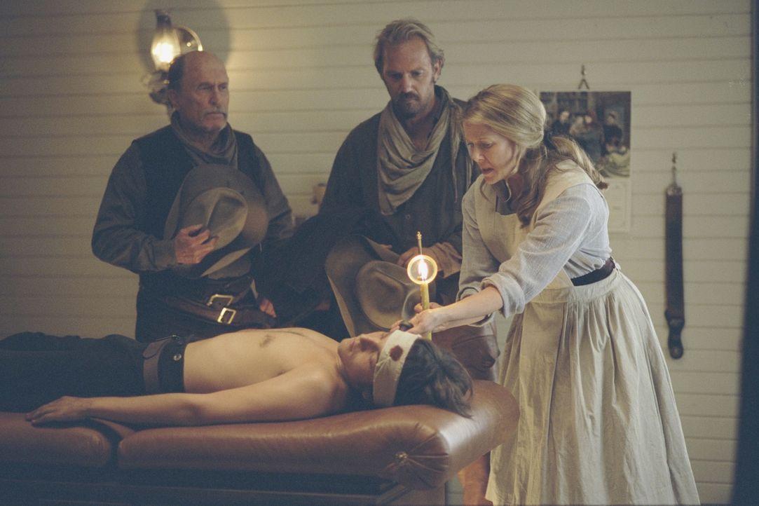 Nachdem Button (Diego Luna, liegend) angeschossen wurde, schwören Boss (Robert Duvall, l.) und Charlie (Kevin Costner, M.) auf Rache. Sue Barlow (A... - Bildquelle: Touchstone Pictures
