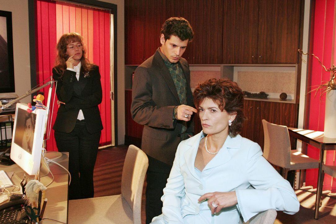 Rokko (Manuel Cortez, M.) analysiert vor Sophie (Gabrielle Scharnitzky, r.) und Lisa (Alexandra Neldel, l.) das TV-Interview. (Dieses Foto von Alexa... - Bildquelle: Noreen Flynn SAT.1 / Noreen Flynn