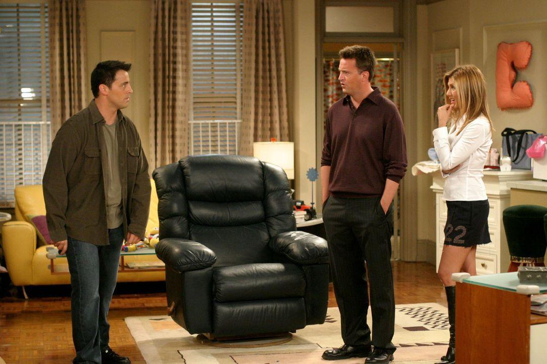 Joey (Matt LeBlanc, l.) ist stinksauer auf Chandler (Matthew Perry, M.), nachdem dieser ihn so gemein hintergangen hat. Sogar Rachel (Jennifer Anist... - Bildquelle: 2003 Warner Brothers International Television