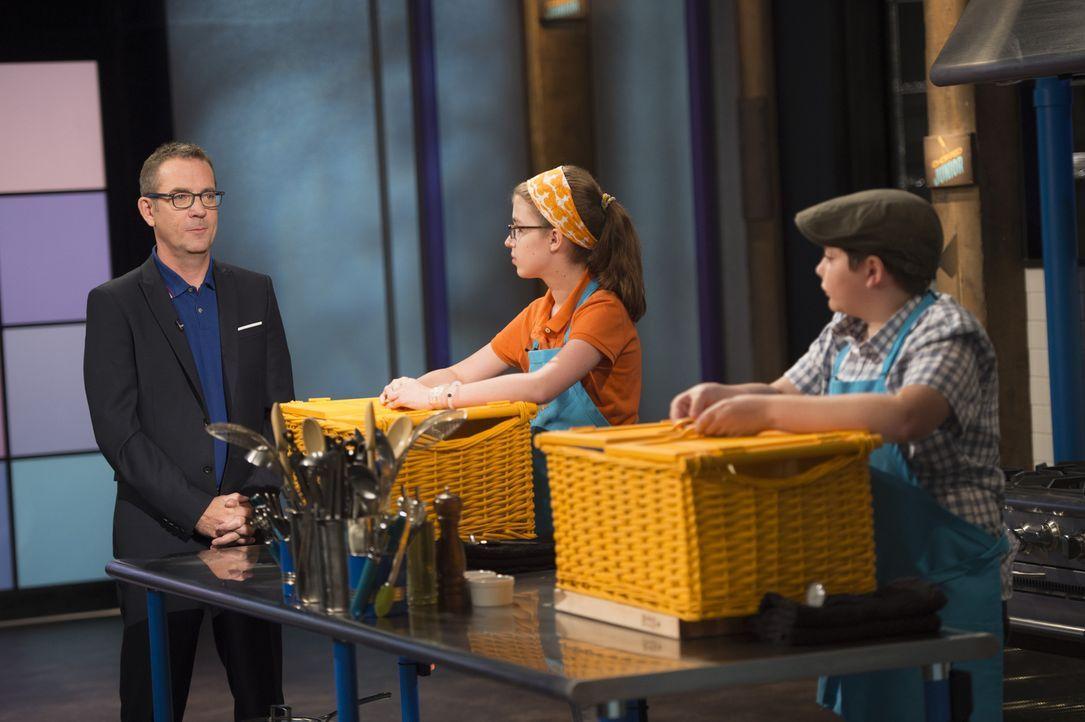 Nicht nur Ted Allen (l.) ist gespannt, was die geheimen Zutaten für die erste Runde sind, auch Ally (M.) aus NYC und der zwölfjährige Henry wollen u... - Bildquelle: Scott Gries 2015, Television Food Network, G.P. All Rights Reserved