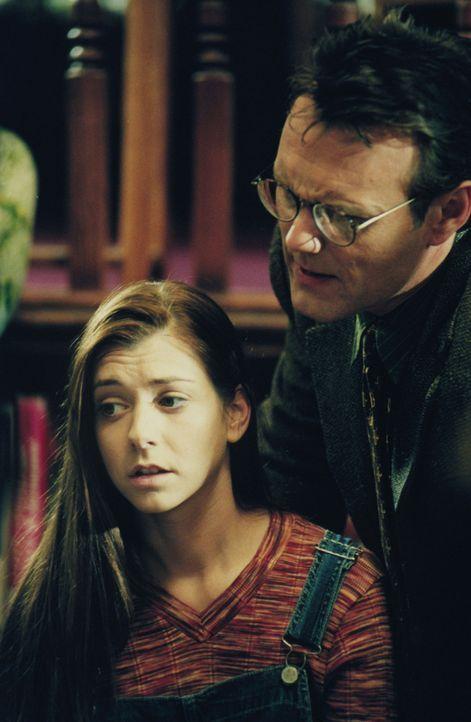 Willow (Alyson Hannigan, l.) hat eine interessante Entdeckung gemacht, die sie dem Bibliothekar Mr. Giles (Anthony Stewrt Head, r.) mitteilt ... - Bildquelle: (1997) Twentieth Century Fox Film Corporation.