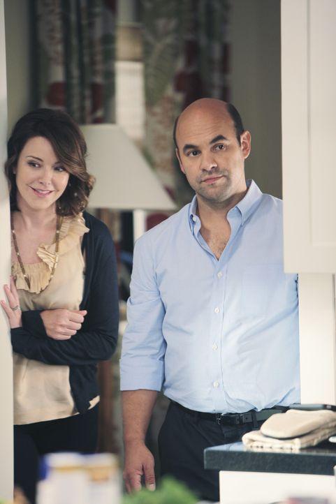 Ellie (Christa Miller, l.) und Andy (Ian Gomez, r.) wirken friedlich - doch ihre Ehe hat es in sich! - Bildquelle: 2009 ABC INC.