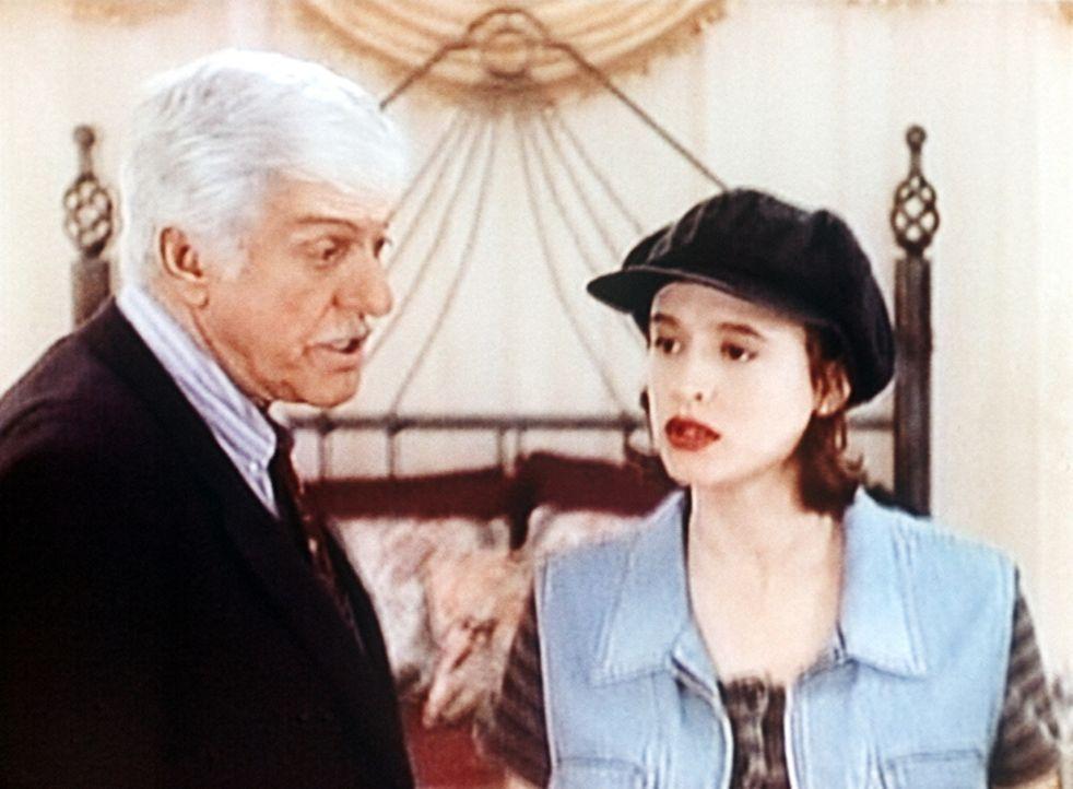 Dr. Sloan (Dick Van Dyke, l.) tröstet die Witwe des ermordeten Rockstars, Tara (Michelle Rene Thomas, r.). - Bildquelle: Viacom