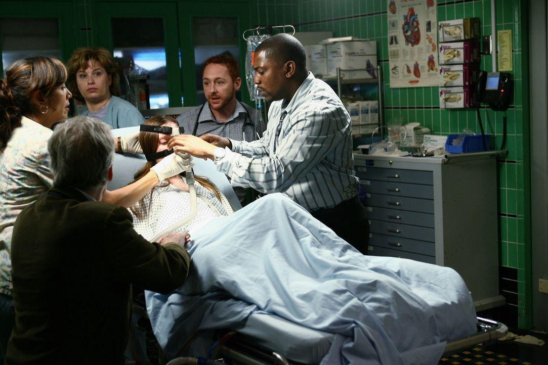 Nach einer Sprengkörperexplosion ist in der Notaufnahme jede Menge zu tun: Jared (David Clennon, vorne), Candace Morgan (Haley McFarland, liegend),... - Bildquelle: Warner Bros. Television