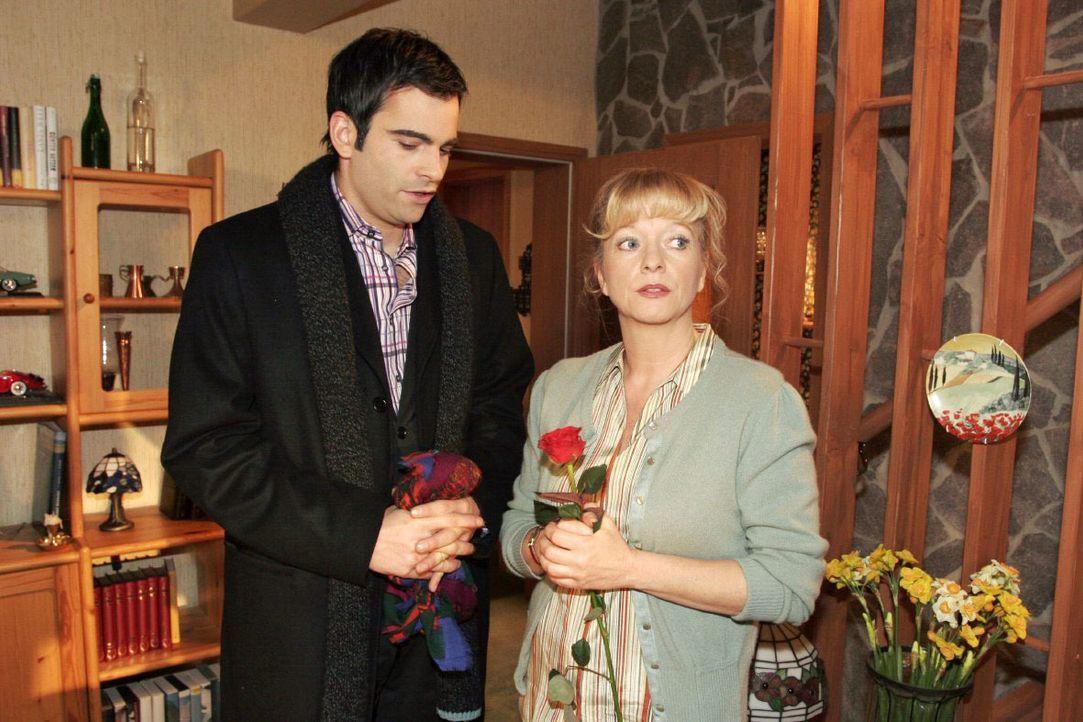 Helga (Ulrike Mai, r.) ist irritiert, als David (Mathis Künzler, l.) mit einer roten Rose auftaucht, um Lisa zu besuchen. - Bildquelle: Noreen Flynn SAT.1 / Noreen Flynn