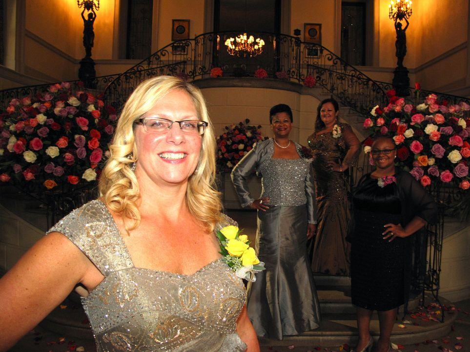 Wie wird Beth (l.) die Hochzeiten der Töchter ihrer Konkurrentinnen Judy (2.v.l.), Gisella (2.v.r.) und Karma (r.) beurteilen? - Bildquelle: Richard Vagg DCL