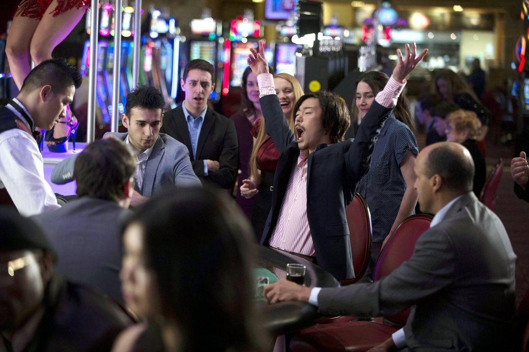 Bei seinen Glücksspielen in Las Vegas machte Russell (Aaron Yoo, M.) vor vier Jahren die Bekanntschaft mit einer besonderen Frau ... - Bildquelle: Warner Bros. Entertainment, Inc