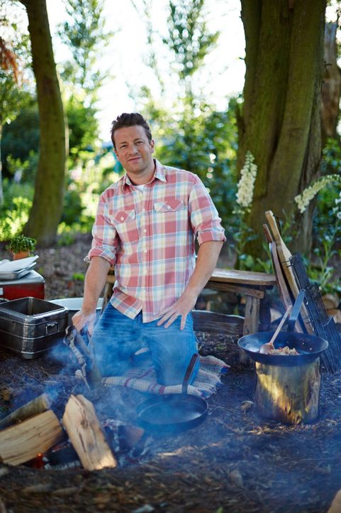 Für Jamie Oliver muss es nicht immer eine Küche sein, er wagt sich auch mal an das Kochen über offenem Feuer ... - Bildquelle: FRESH ONE PRODUCTIONS MMXIV