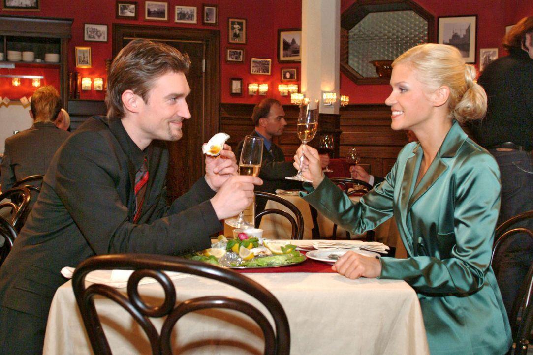 Ausgelassen feiern Richard (Karim Köster, l.) und Sabrina (Nina-Friederike Gnädig, r.) den Plan, Lisa zu vergiften. - Bildquelle: Monika Schürle SAT.1 / Monika Schürle
