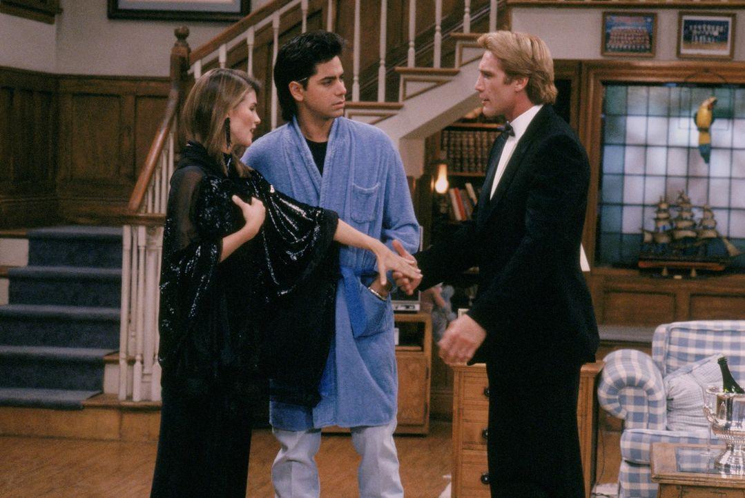 Ausgerechnet vor Beckys (Lori Loughlin, l.) Lieblingsprofessor Eric Trent (Barry Van Dyke, r.) blamiert sich Jesse (John Stamos, M.) bis auf die Kno... - Bildquelle: Warner Brothers Inc.