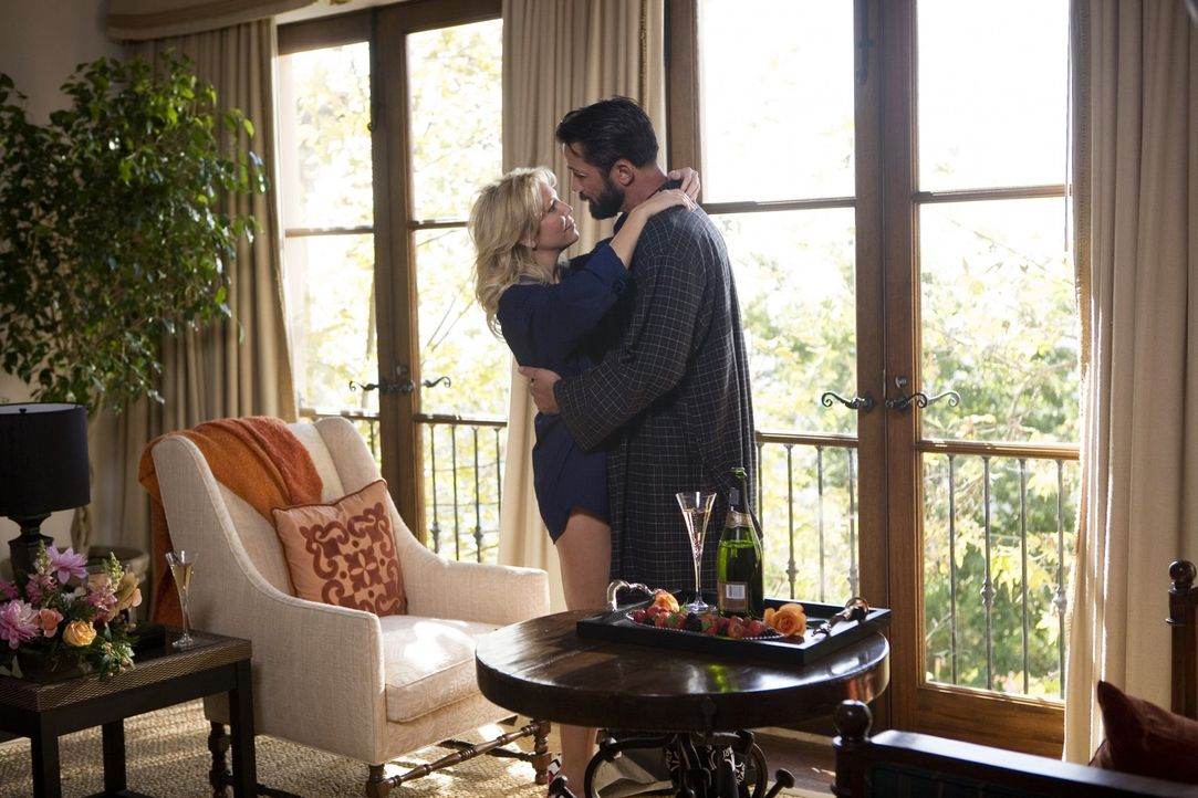 Auch bei Ben (Billy Campbell, r.) hat Amanda (Heather Locklear, l.) alles erreicht, was sie wollte... - Bildquelle: 2009 The CW Network, LLC. All rights reserved.