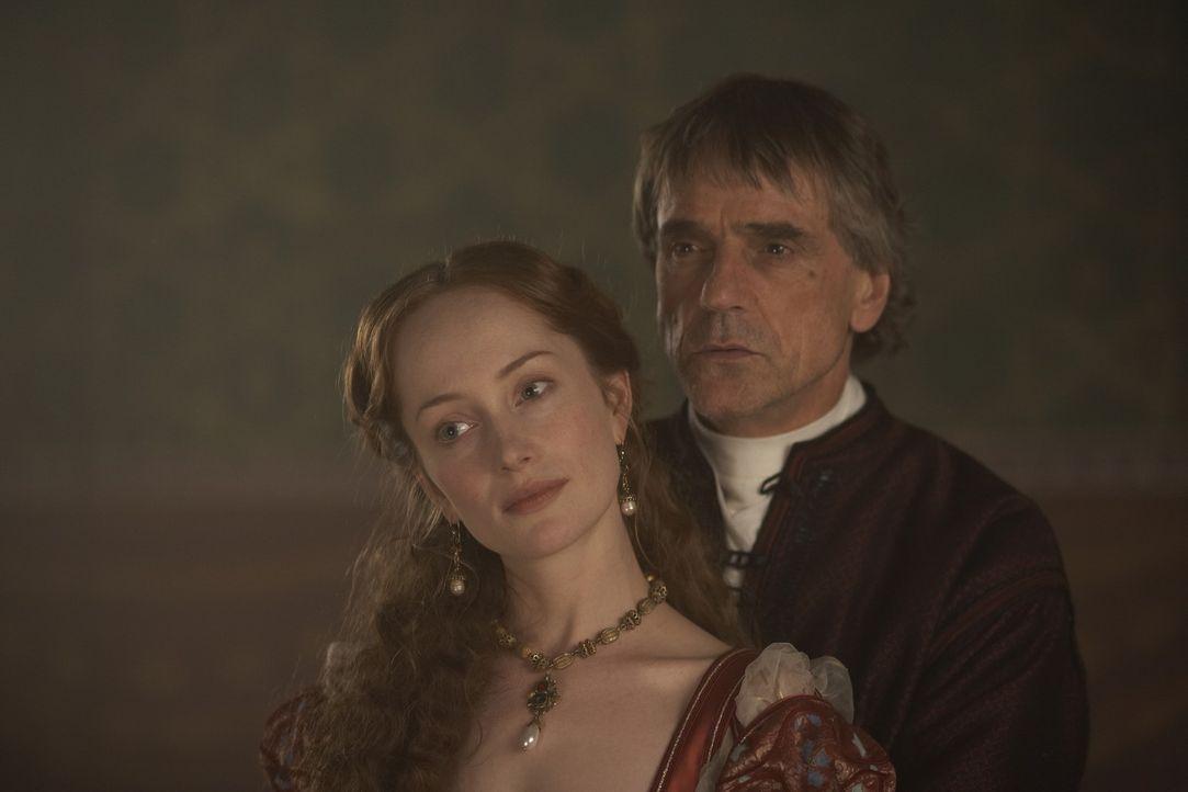 Immer stärker bezieht Papst Alexander VI. (Jeremy Irons, r.) seine Konkubine, Giulia Farnese (Lotte Verbeek, l.), mit ein in seine Pläne ... - Bildquelle: LB Television Productions Limited/Borgias Productions Inc./Borg Films kft/ An Ireland/Canada/Hungary Co-Production. All Rights Reserved.