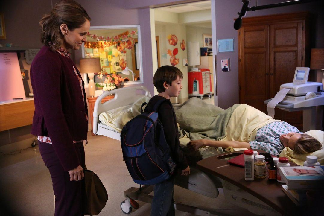 Während Charlotte (KaDee Strickland, r.) Violet (Amy Brenneman, l.) und die anderen Ärzte in den Wahnsinn treibt, fürchtet Mason (Griffin Gluck,... - Bildquelle: ABC Studios