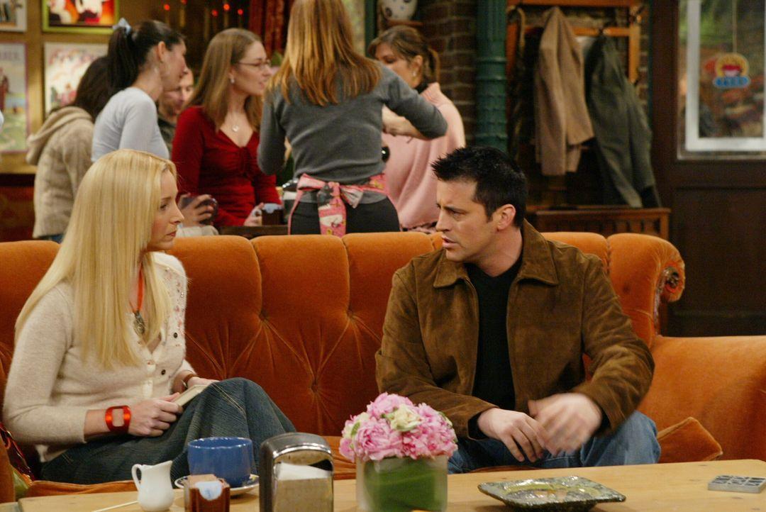Phoebe (Lisa Kudrow, l.) hat aus der Zeitung erfahren, dass Estelle, Joeys (Matt LeBlanc, r.) Agentin, gestorben ist. Weil sie ihn aber mit dieser N... - Bildquelle: 2003 Warner Brothers International Television