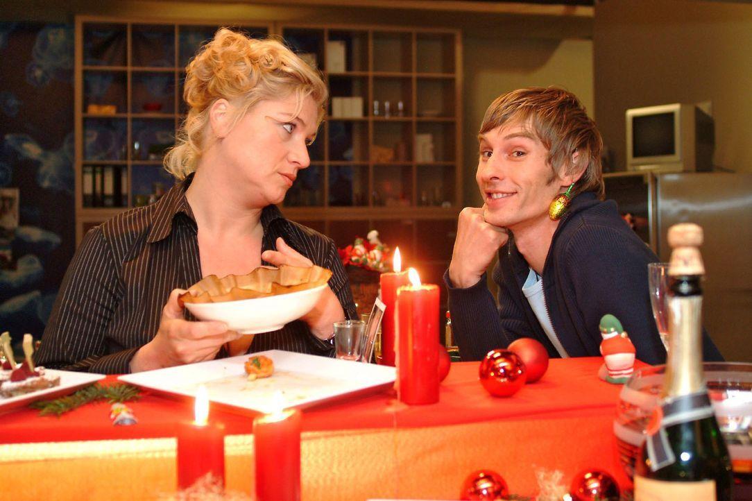 Agnes (Susanne Szell, l.) und Boris (Matthias Rott, r.) rätseln, was das neue Jahr in Sachen Liebe wohl bringt. - Bildquelle: Monika Schürle Sat.1