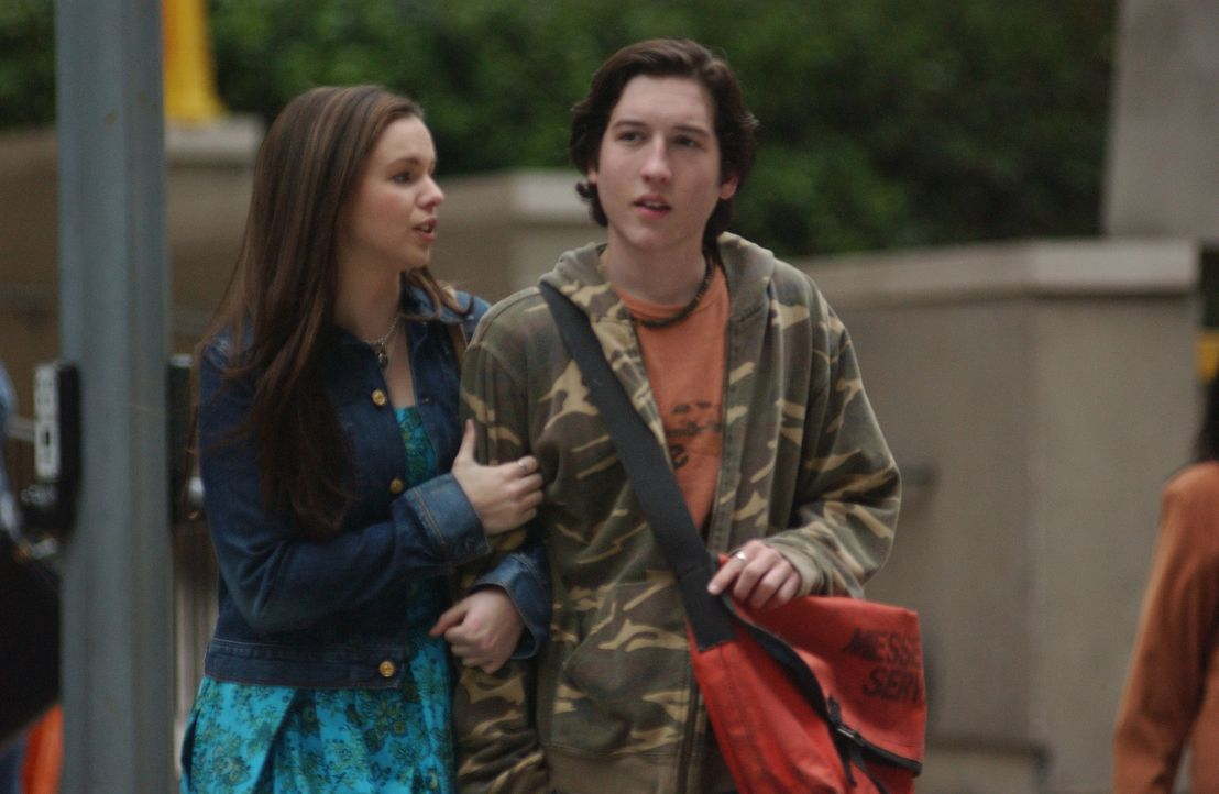 Durch eine neue Aufgabe, die Gott ihr gestellt hat, findet Joan (Amber Tamblyn, l.) heraus, was ihr Freund Adam (Christopher Marquette, r.) braucht... - Bildquelle: Sony Pictures Television