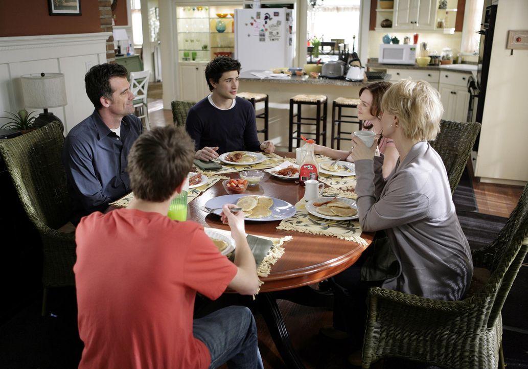 Weil sich Kyle (Matt Dallas, 3.v.l.) immer mehr seinem Training widmet, kommt es zu Streitigkeiten mit der Familie Trager. Nicht nur die Eheleute Ni... - Bildquelle: TOUCHSTONE TELEVISION