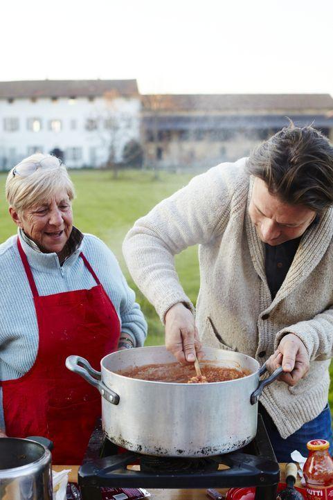 Jamie Oliver (r.) - Bildquelle: David Loftus DAVID LOFTUS