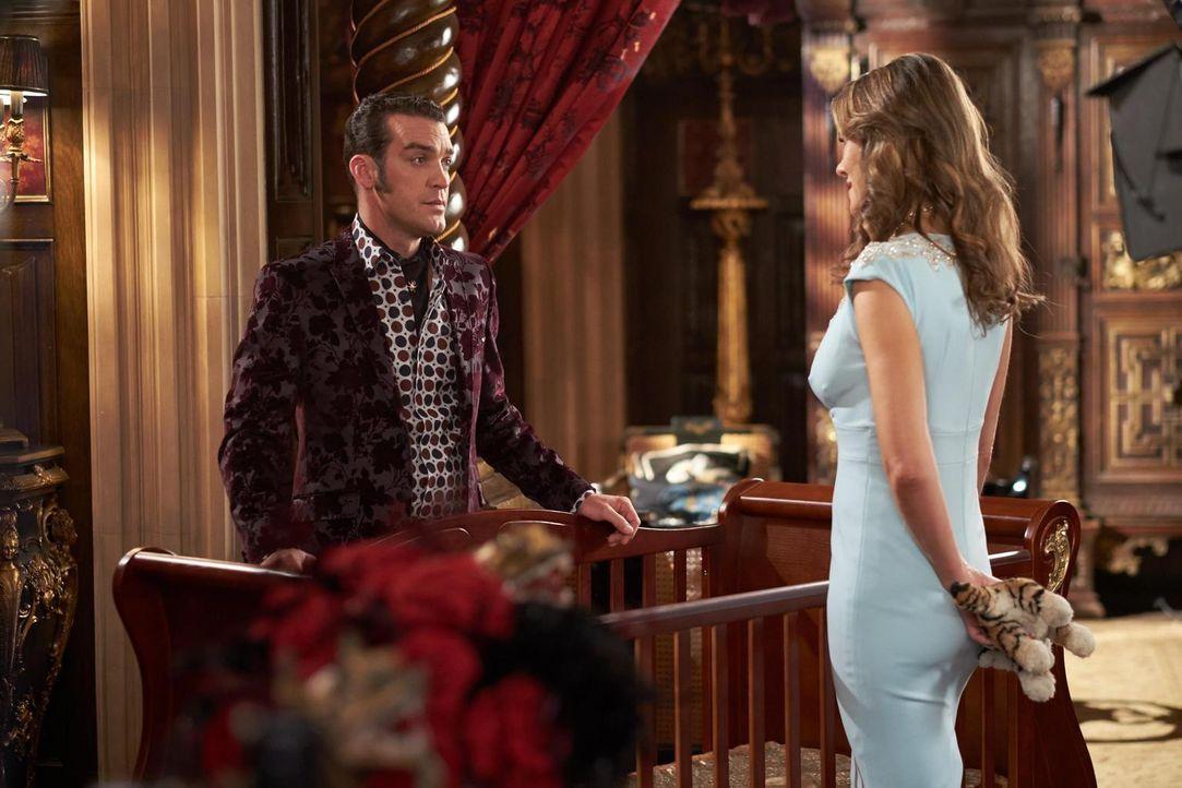 Kämpfen weiter um die Macht: König Cyrus (Jake Maskall, l.) und König Helena (Elizabeth Hurley, r.) ... - Bildquelle: 2015 E! Entertainment Media LLC/Lions Gate Television Inc.