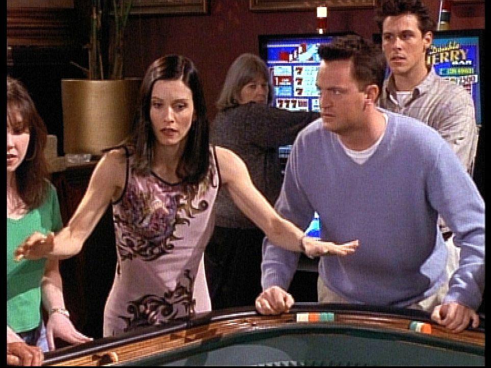 Monica (Courteney Cox, 2.v.l.) und Chandler (Matthew Perry, 2.v.r.) räumen im Spielcasino ab. - Bildquelle: TM+  2000 WARNER BROS.