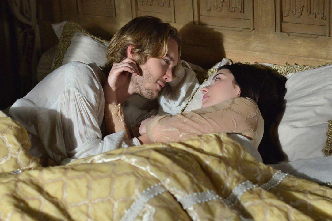 Mary (Adelaide Kane, r.) ist sich immer noch nicht sicher, ob sie ihrem Mann Prinz Francis (Toby Regbo, l.) wirklich vorbehaltlos vertrauen kann ... - Bildquelle: Sven Frenzel 2013 The CW Network, LLC. All rights reserved.