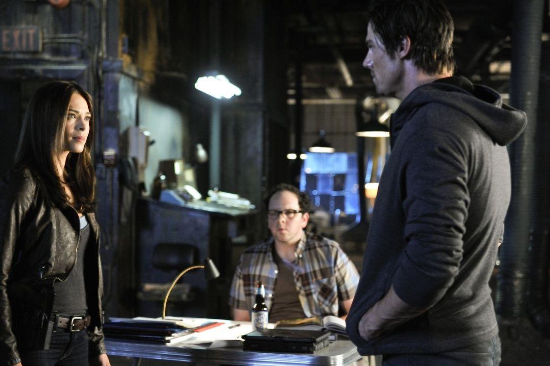 Um dem Mord an einem Richter aufzudecken, bekommt Cat (Kristin Kreuk, l.) Unterstützung von Vincent (Jay Ryan, r.). J.T. (Austin Basis, M.) hat jedo... - Bildquelle: 2012 The CW Network, LLC. All rights reserved.