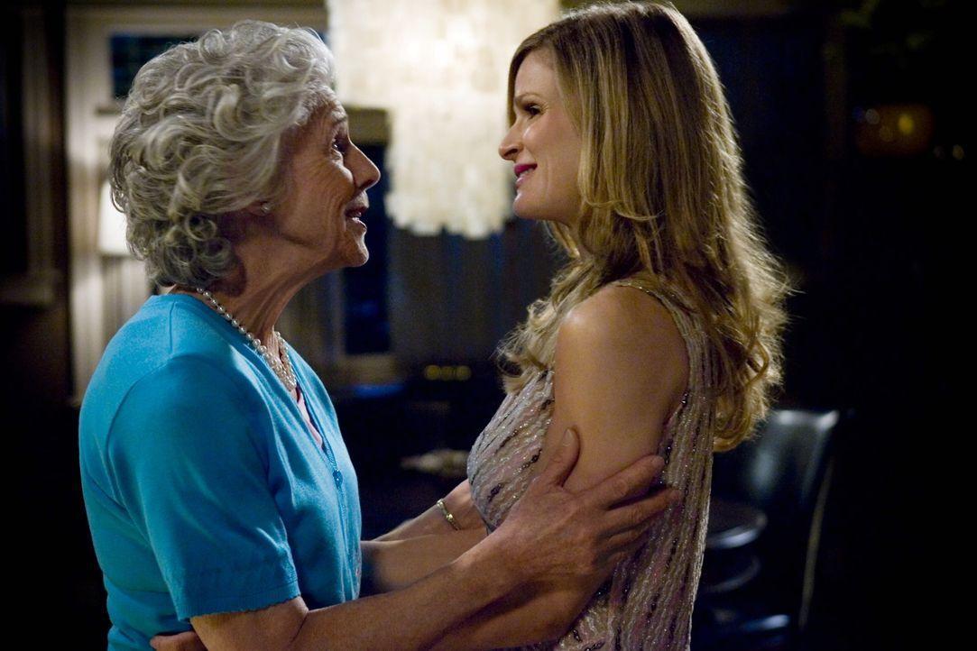 Brenda (Kyra Sedgwick, r.) weiß nicht mehr, wo ihr der Kopf steht. Ihre Mutter (Frances Sternhagen, l.) hat ihren Besuch angekündigt - und das ausge... - Bildquelle: Warner Brothers