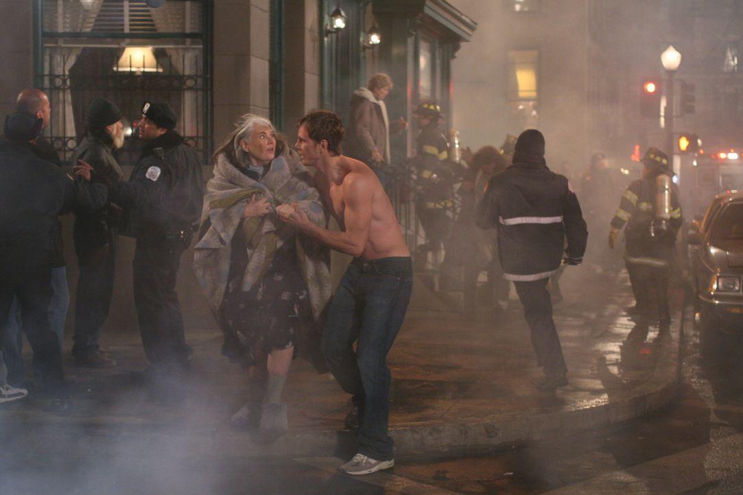 Das Haus steht in Flammen: Ben Parker (Kip Pardue, vorne r.) kümmert sich um Gracie (Lois Smith, vorne l.) ... - Bildquelle: Warner Bros. Television