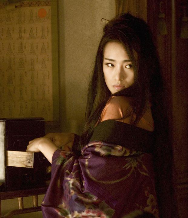 Die einst so erfolgreiche Geisha Hatsumomo (Li Gong), Liebling vieler reicher und berühmter Männer, muss erleben, wie schnell und tief ein Absturz... - Bildquelle: 2005 Sony Pictures Television International.