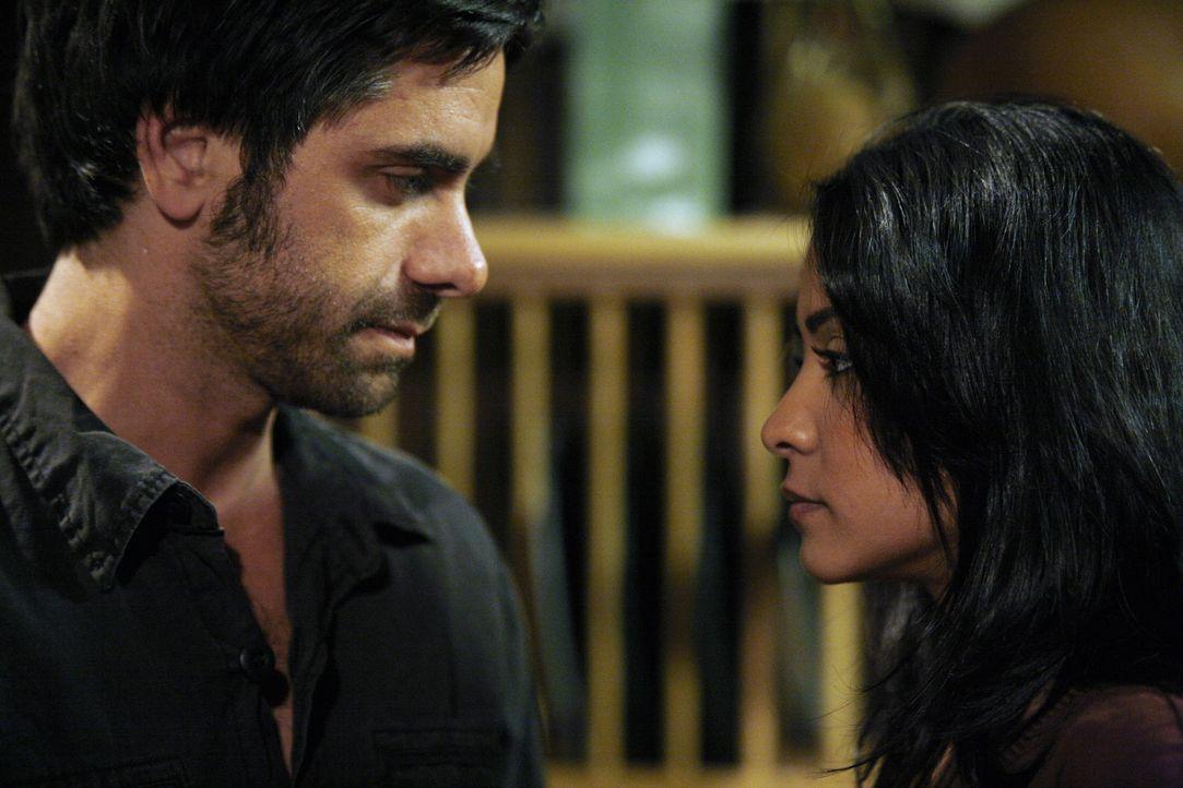 Tony (John Stamos, l.) und Neela (Parminder Nagra, r.) fühlen sich zueinander hingezogen ... - Bildquelle: Warner Bros. Television
