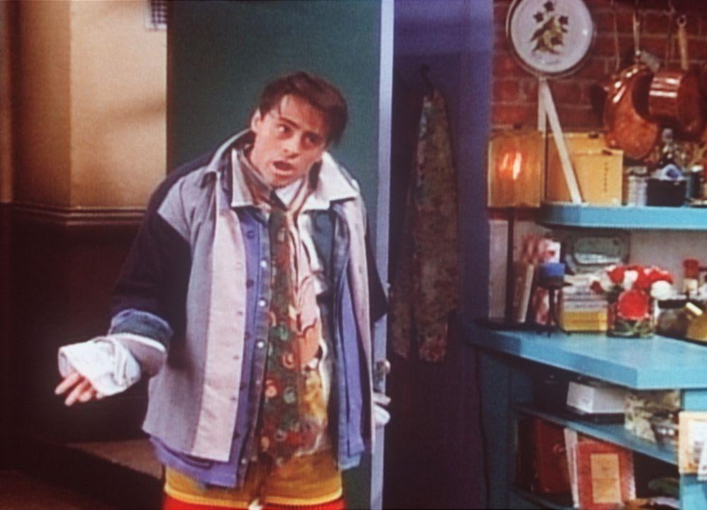 Joey (Matt LeBlanc) streift sich sämtliche Klamotten seines besten Freundes über, um sich so an Chandler zu rächen. - Bildquelle: TM+  2000 WARNER BROS.