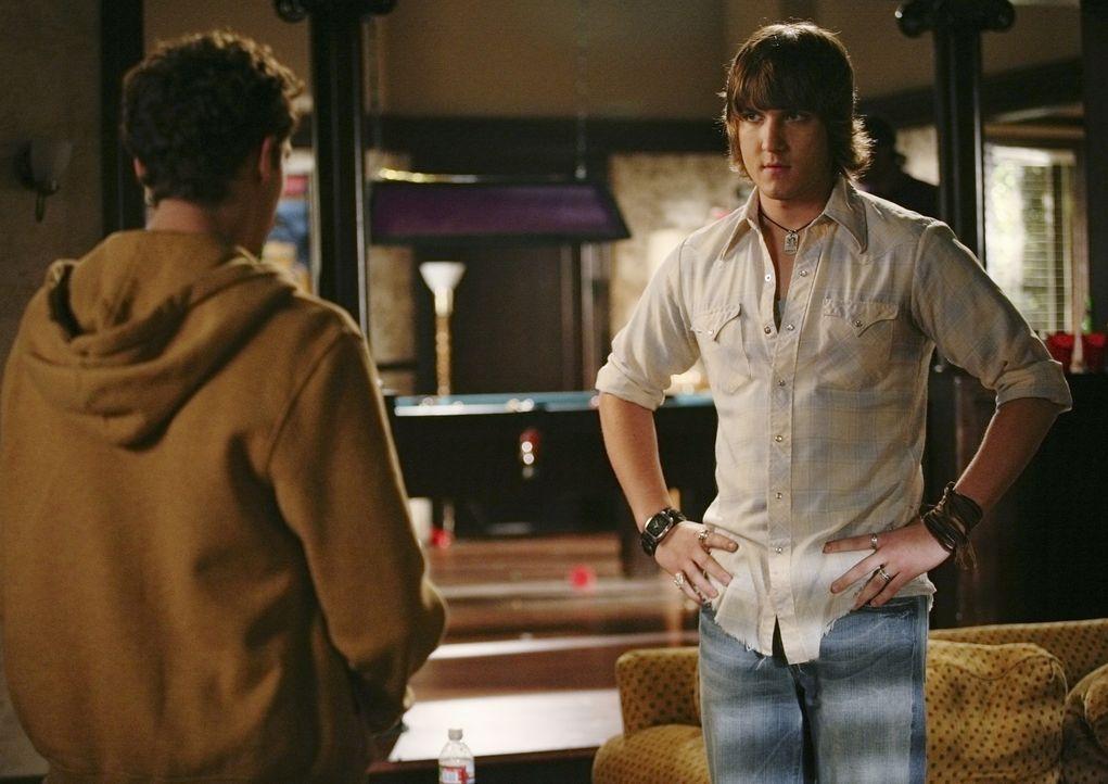 Auch Cappie (Scott Michael Foster, r.) ist nicht entgangen, dass Rusty Cartwright (Jacob Zachar, l.) Probleme mit seinem Kumpel Andy hat ... - Bildquelle: 2009 DISNEY ENTERPRISES, INC. All rights reserved. NO ARCHIVING. NO RESALE.