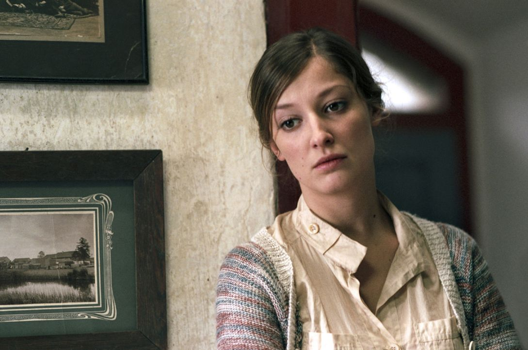 Bei den Dorfbewohnern ist die attraktive Juliana (Alexandra Maria Lara) die einzige, die Marc hilft, die Vergangenheit zu erforschen - und muss daf - Bildquelle: Kinowelt
