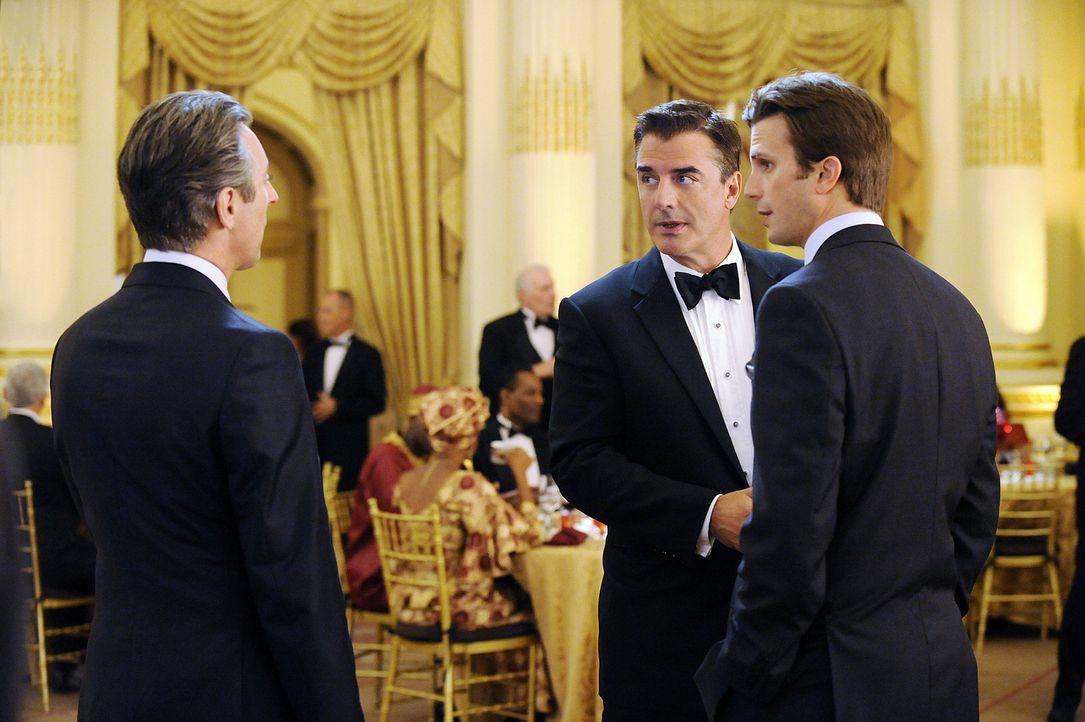Peter (Chris Noth, M.) und Eli (Alan Cumming, l.) im Gespräch mit dem Anwalt (Frederick Weller, r.) des Friedensnobelpreisgewinners, der offensicht... - Bildquelle: CBS Broadcasting Inc. All Rights Reserved