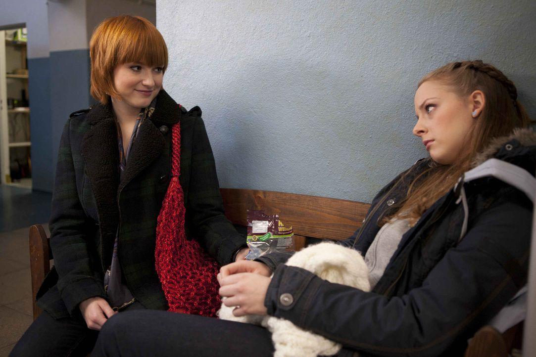 Lara (Amelie Plaas-Link, r.) ist traurig und Sophie (Franciska Friede, l.) versucht herauszubekommen, ob Miriam an der Pestalozzi-Schule war ... - Bildquelle: SAT.1