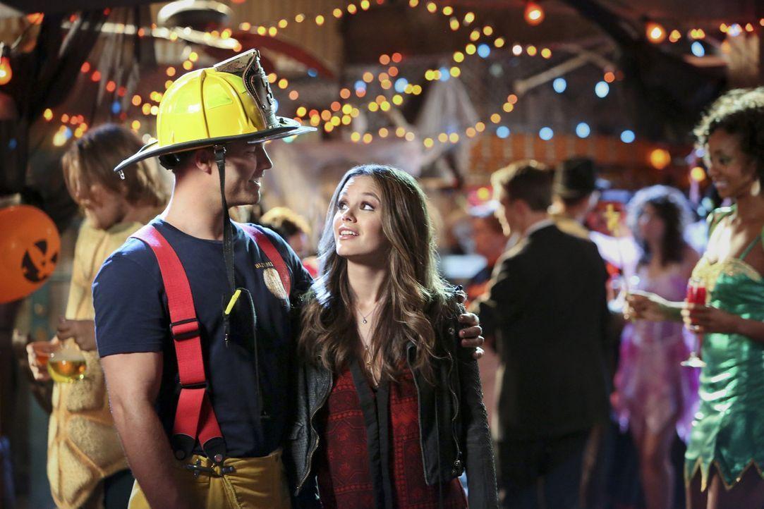 Kurz vor Halloween geschehen seltsame Dinge in Zoes (Rachel Bilson, vorne r.) Haus. Kann es sein, dass George (Scott Porter, vorne l.) an all dem Sc... - Bildquelle: Warner Bros.