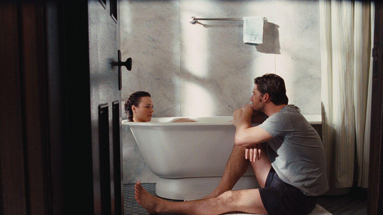 Henry (Eric Bana, r.) und Clare (Rachel McAdams, l.) führen ein schwieriges Eheleben, weil der junge Mann ausgelöst durch Stress gezwungen ist, durc... - Bildquelle: Warner Brothers