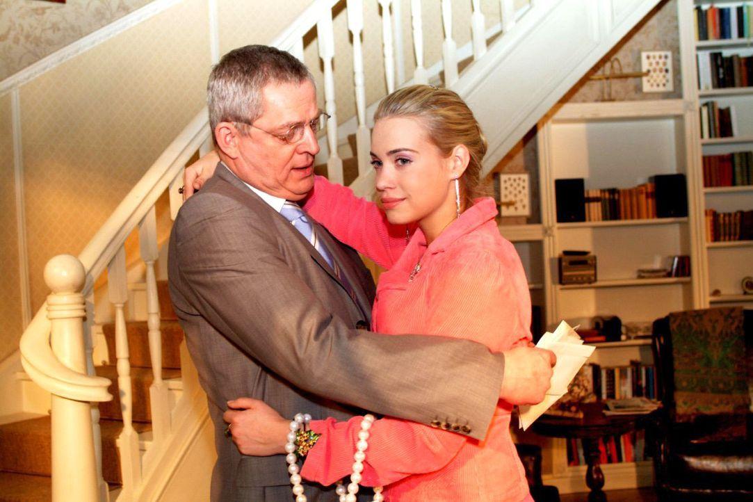 Kim (Lara-Isabelle Rentinck, r.) ist glücklich, dass Friedrich (Wilhelm Manske, l.) sie versteht, dass sie nicht wieder zu Hause einziehen, sondern... - Bildquelle: Monika Schürle SAT.1 / Monika Schürle