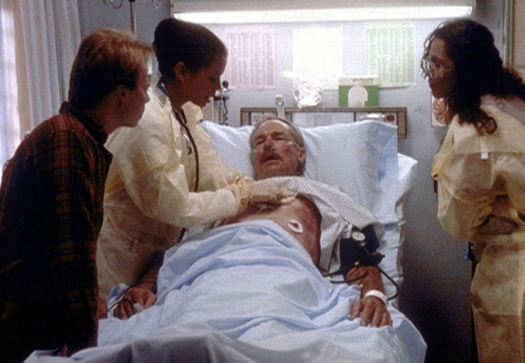 Die HIV-positive Jeanie (Gloria Reuben, 2.v.l.) musste, um das Leben eines Mannes zu retten, ihren Finger in seine offene Wunde legen. Dr. Weaver (L... - Bildquelle: TM+  2000 WARNER BROS.
