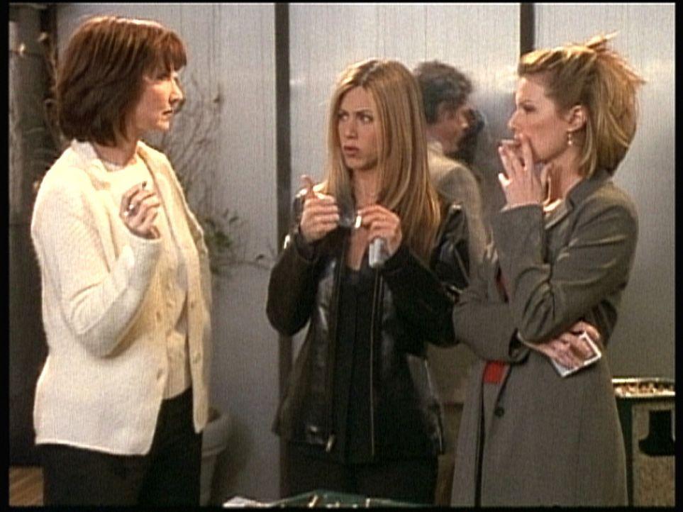 Als Rachel (Jennifer Aniston, M.) bemerkt, dass in ihrer neuen Firma alle wichtigen Entscheidungen in der Raucherpause getroffen werden, greift auch... - Bildquelle: TM+  2000 WARNER BROS.