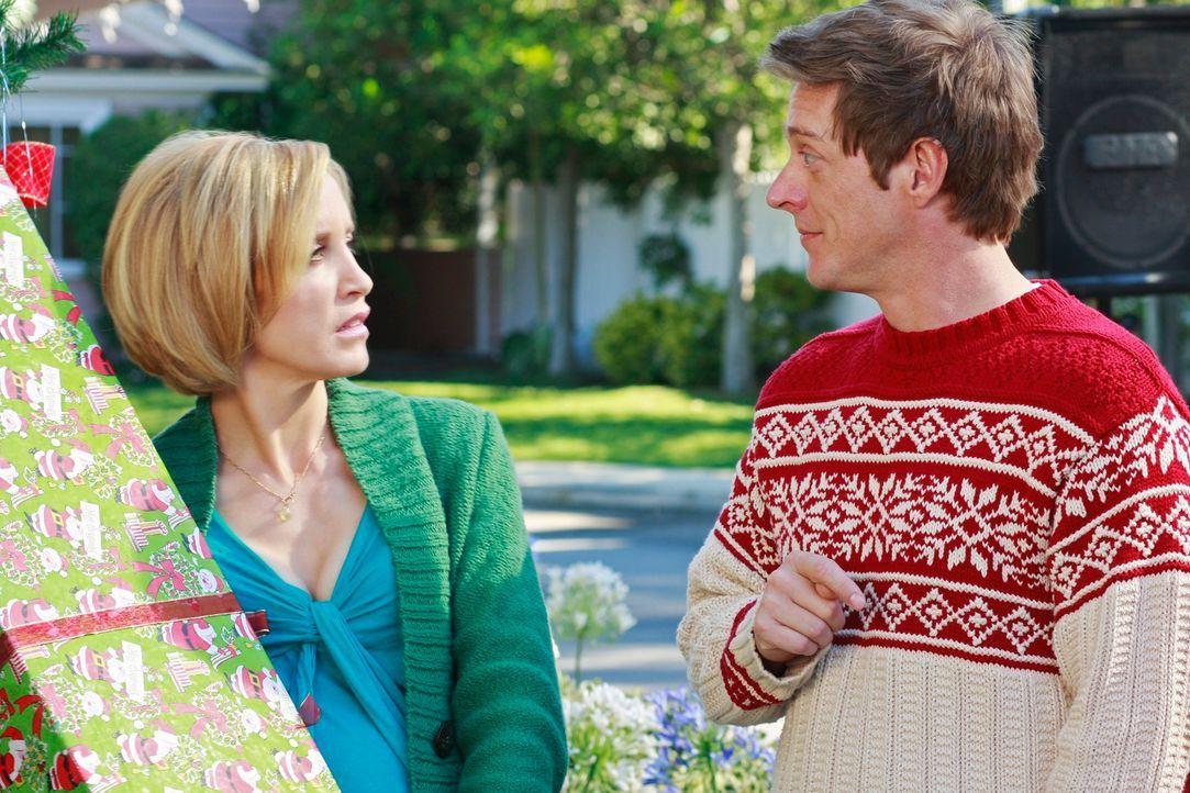 Noch ahnen Lynette (Felicity Huffman, l.) und Lee (Kevin Rahm, r.) nicht, dass die Stimmung des Weihnachtsfestes durch ein Flugzeugunglück zerstört... - Bildquelle: ABC Studios