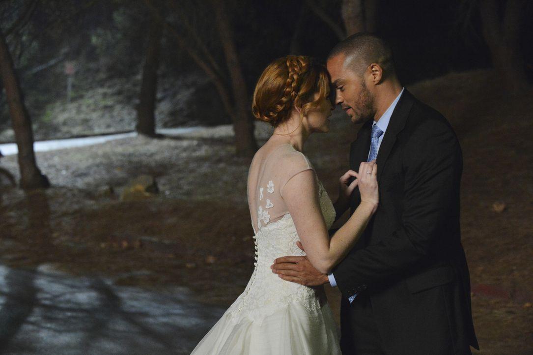 April (Sarah Drew, l.) hat Matthew vor dem Altar stehen gelassen und ist mit Jackson (Jesse Williams, r.) durchgebrannt. Doch werden sie dies noch b... - Bildquelle: ABC Studios