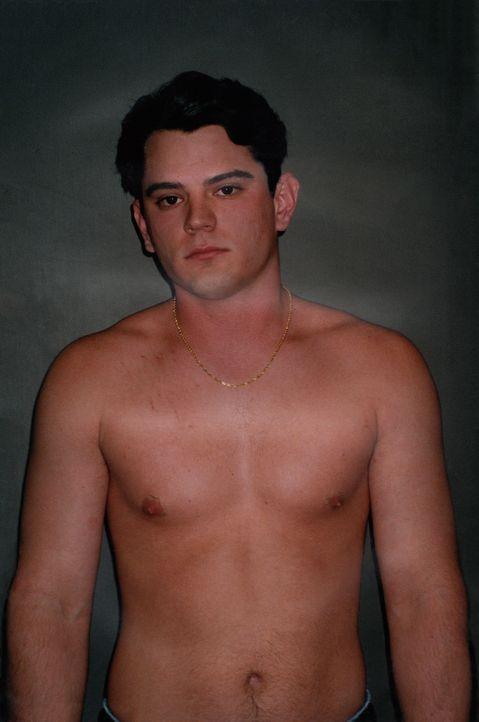 Nachdem seine Ex-Freundin Kristy zerstückelt in ihrem lichterloh brennenden Fahrzeug gefunden wird, wird Christopher (Foto) von der Polizei vernomme... - Bildquelle: OCSO