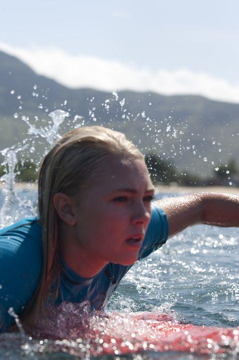 Die 13-jährige Bethany Hamilton (Anna Sophia Robb) ist die Hoffnung des professionellen Surf-Sports auf Hawaii, als sie beim Training plötzlich von... - Bildquelle: Mario Perez, Noah Hamilton Tristar Pictures, Inc., FilmDistrict Distribution, LLC. and Enticing Entertainment, LLC. All rights reserved / Mario Perez, Noah Hamilton