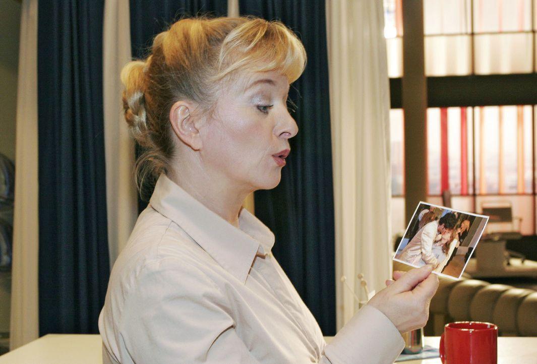 Helga (Ulrike Mai) erfährt durch ein Pressefoto von dem Kuss zwischen ihrer Tochter und Rokko. - Bildquelle: Noreen Flynn SAT.1 / Noreen Flynn