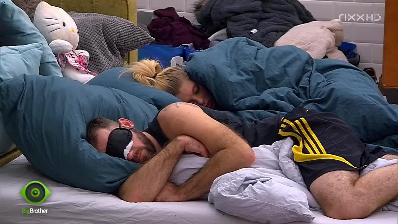 Die Bewohner kuscheln auf den Matratzen - Bildquelle: sixx