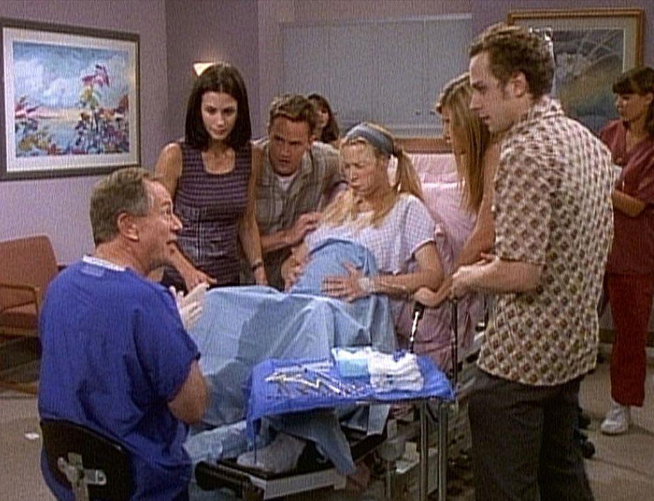 Alle Freunde sind dabei, als Phoebe (Lisa Kudrow, M.) ihre Babys zur Welt bringt. - Bildquelle: TM+  2000 WARNER BROS.