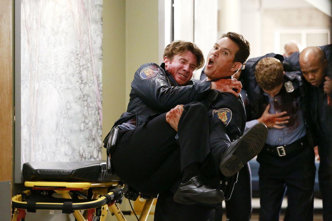 Nach einem Raubüberfall werden schwerverletzte Polizisten eingeliefert. Während sich Dan (Kevin Alejandro, vorne r.) große Sorgen um seinen Kollegen... - Bildquelle: ABC Studios