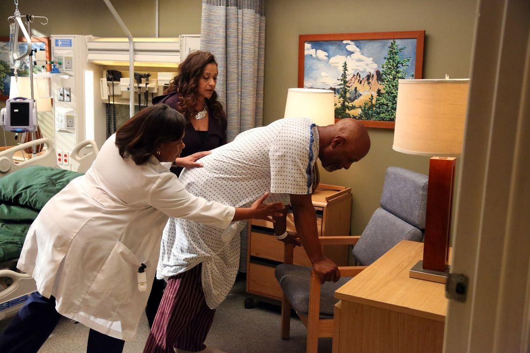 Weil sich die Blutwerte von Dr. Webber (James Pickens Jr., r.) zunehmend verschlechtern, soll Bailey (Chandra Wilson, M.) bei der bevorstehenden Ope... - Bildquelle: ABC Studios