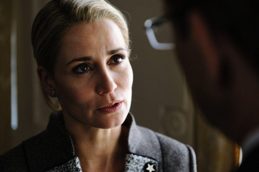 An Bettina Wulff (Anja Kling) perlen die Vorwürfe nicht ab. Während ihr Mann, der Bundespräsident, öffentlich Stellung nehmen kann, ist sie zum Schw... - Bildquelle: Stefan Erhard SAT.1